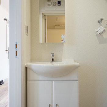 可愛らしい洗面台。※写真は2階の別部屋です