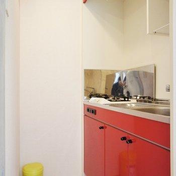 赤いキッチン!※写真は別部屋です