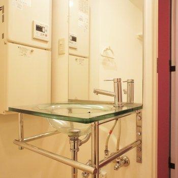 小さな洗面台、スケルトン!※写真は別部屋です