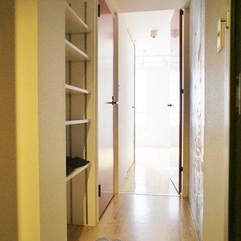 玄関から※写真は別部屋です