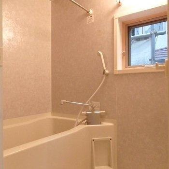 お風呂に窓あり*写真は別部屋です