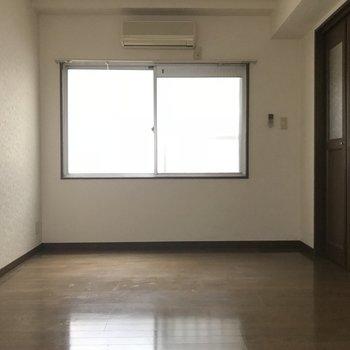 洋室は広くて明るいです。