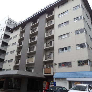 薬院駅から程近いところにあるどっしりとしたマンションです。