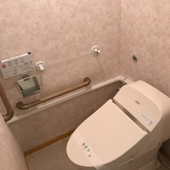 トイレはウォシュレットだけじゃなく、手すりまでついています。