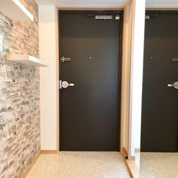 右手には、レンガに覆われた壁、左手には大きな鏡。何とも魅力的