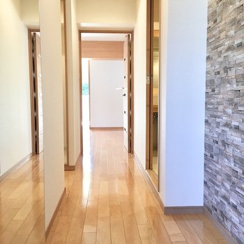 広い廊下。左手の大きな鏡が、空間を一層広く見せてくれます