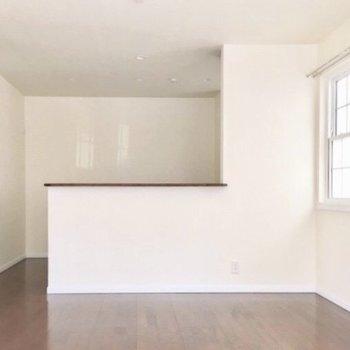 【1階リビング】対面式キッチンで、家族の様子を見ながらお料理できますよ