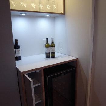 これが全部屋共通のセラー。グラス用の棚も付いてます※写真は別部屋、5階の同じ間取りです