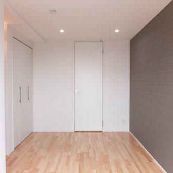 3階は5.8帖あります。奥が水周り※写真は別部屋です。同階、反転間取りです。