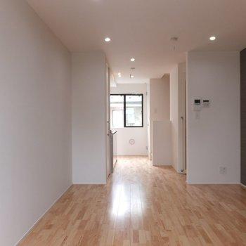 2階部分は12.1帖。ダウンライトがいい感じ。※写真は別部屋です。同階、反転間取りです。
