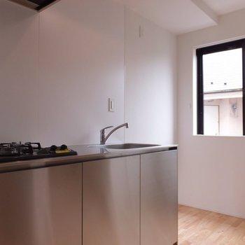 キッチン横に南向きの窓があっていいですね※写真は別部屋です。同階、反転間取りです。