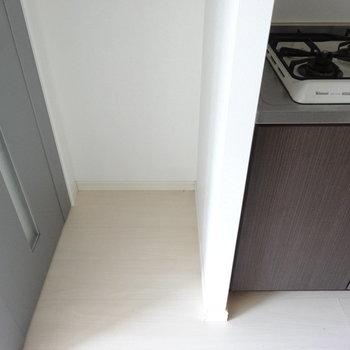 キッチンとなりに冷蔵庫スペース。スリムタイプがよさそう。※写真は別室です。