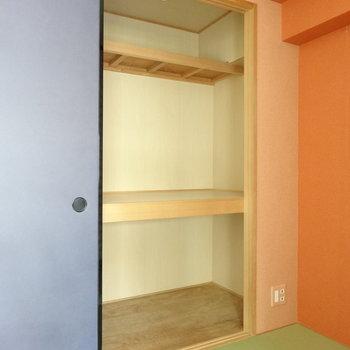 反対側は中棚ありの押入れです。※写真は別室です。