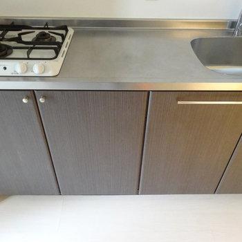 キッチンは2口ガス。調理スペースも十分です。※写真は別室です。