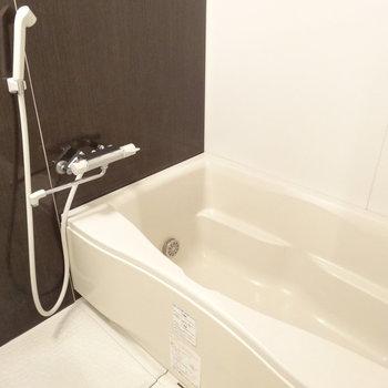 お風呂はゆーったりしてますよ〜。追い焚き・浴室乾燥暖房付きです。※写真は別室です。