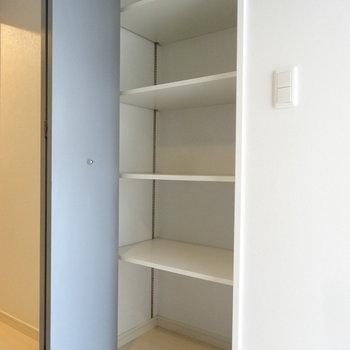 キッチン後ろに収納が。これはありがたい!食器とか食材とか入れよう。※写真は別室です。