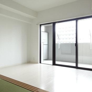 和室から見るとこんなかんじ。リビングは真っ白で明るい・・。※写真は別室です。