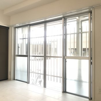 大きな窓で日当たりも良いです。1階なのでカーテンは必須!