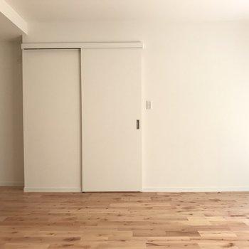 無垢床に白い壁。シンプルが一番ステキ!