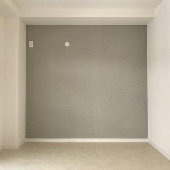 5.7帖のお部屋。グレーの壁はざらっと質感でかっこいい