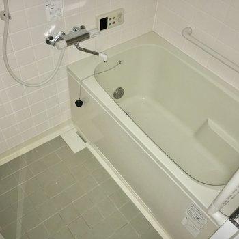 バスルームはこんな感じ!浴槽ゆったり〜※フラッシュを使用しています