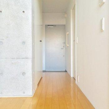 お次はキッチンのお隣から廊下へ。右手の扉は・・・