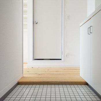 玄関は白のタイルで明るく!