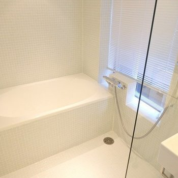 お風呂には小窓がついています。※写真は2階の同間取り別部屋です