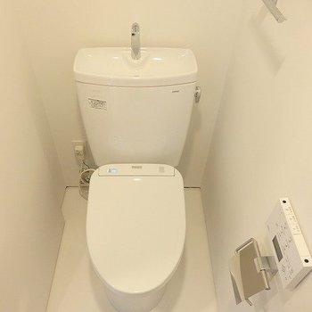 トイレはウォシュレット付き。※写真は2階の同間取り別部屋です