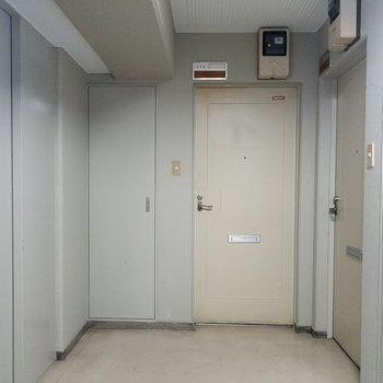 玄関前にエレベーター。