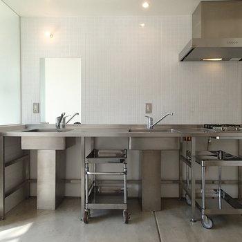 洗面台もあるキッチン。