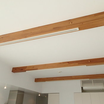 このちょっと出てる梁がアクセントだから。木造バンザイ!