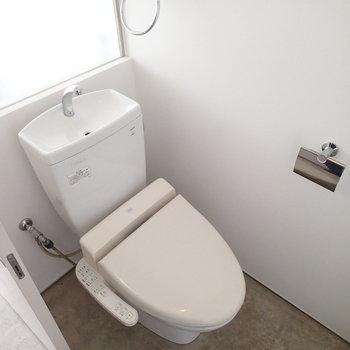 トイレは個室ですが、曇りガラスで自然光が入ります。