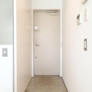 玄関。そのままフラットなので、どこかで土足を脱ぎましょう。