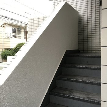 エレベーターは無く、この階段を3階まで。
