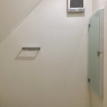 階段の下を利用しているので天井が傾斜しています。前に薄型収納も。※写真は前回募集時のものです