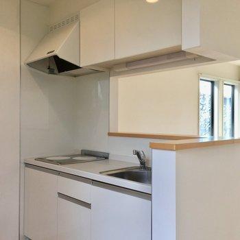 白を基調としたカウンターキッチン。※写真は前回募集時のものです