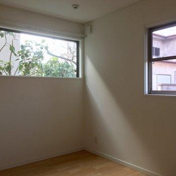 窓から緑の覗く1階の6帖の洋室は寝室にピッタリ。※写真は前回募集時のものです