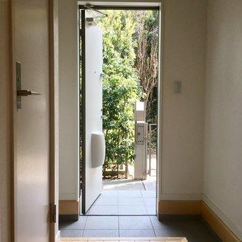 玄関を開けると爽やかな緑〜※写真は前回募集時のものです