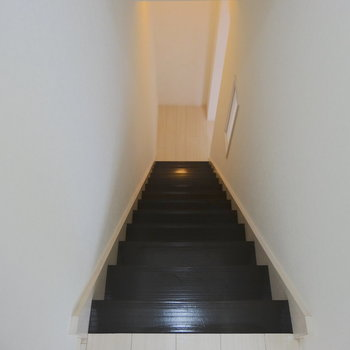 階段は幅狭めなのでご注意を