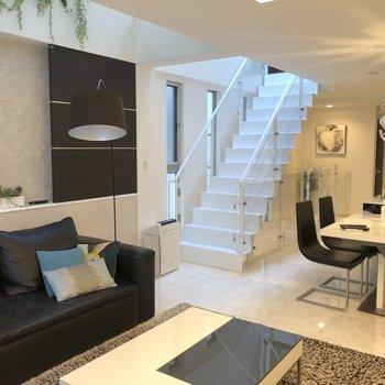 2階:あちらの階段から3階の居室へ※家具はイメージ