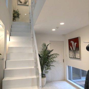 ホワイトの階段を上って2階へ上がります※家具はイメージ
