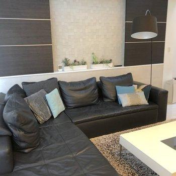 2階:リビングにはどかんと大きなソファー・テーブルを置いて※家具はイメージ