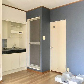 こっちはキッチンスペース。扉たちは水回り。(※写真の家具は見本です)
