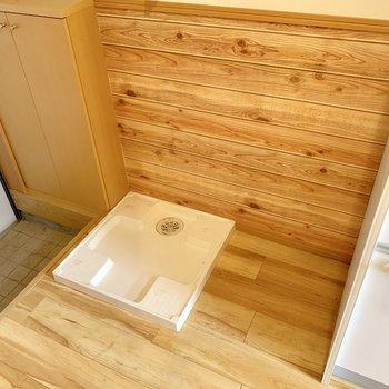 キッチン横に洗濯機と冷蔵庫置き場。(※写真は清掃前のものです)