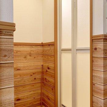 凹んだスペースが脱衣所として使えそう。突っ張り棒で暖簾を。(※写真は清掃前のものです)