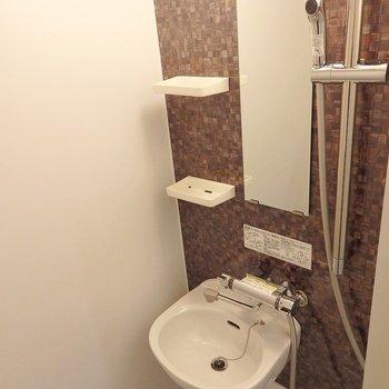 バスタブ、独立洗面台はないです・・・。