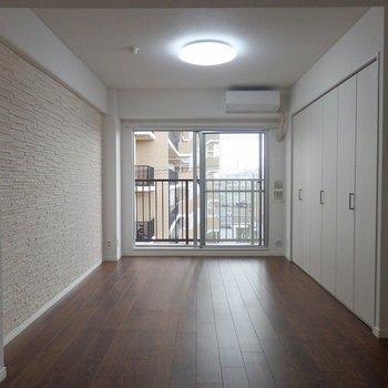 シックな床色とデザイン壁が素敵。