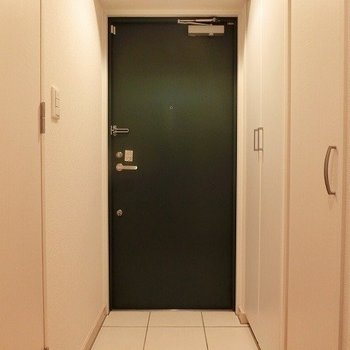 玄関はちょっと広め。※写真は別部屋です。