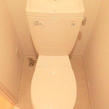 トイレは狭めです。※写真は別部屋です。